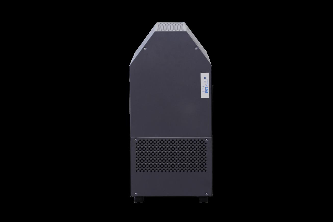 รูปหน้าตรงเครื่องฟอกอากาศ มีล้อเคลื่อนย้ายได้ง่าย มีระบบกรองดักกำจัดฝุ่นด้วยไส้กรองหยาบ Pre-filter ตามด้วยระบบการจับฝุ่น แบบ EPS หรือ  electrostatic precipitator จึงทำให้สามารถดักจับฝุ่นละอองขนาดเล็กในอากาศที่มีขนาดเล็กไม่เกิน 25 ไมครอน หรือ PM 2.5 ได้ดี และดักจับกลิ่นด้วย Activated Carbon ยี่ห้อ EST รุ่น RFmobile รุ่นย่อย RF1200M